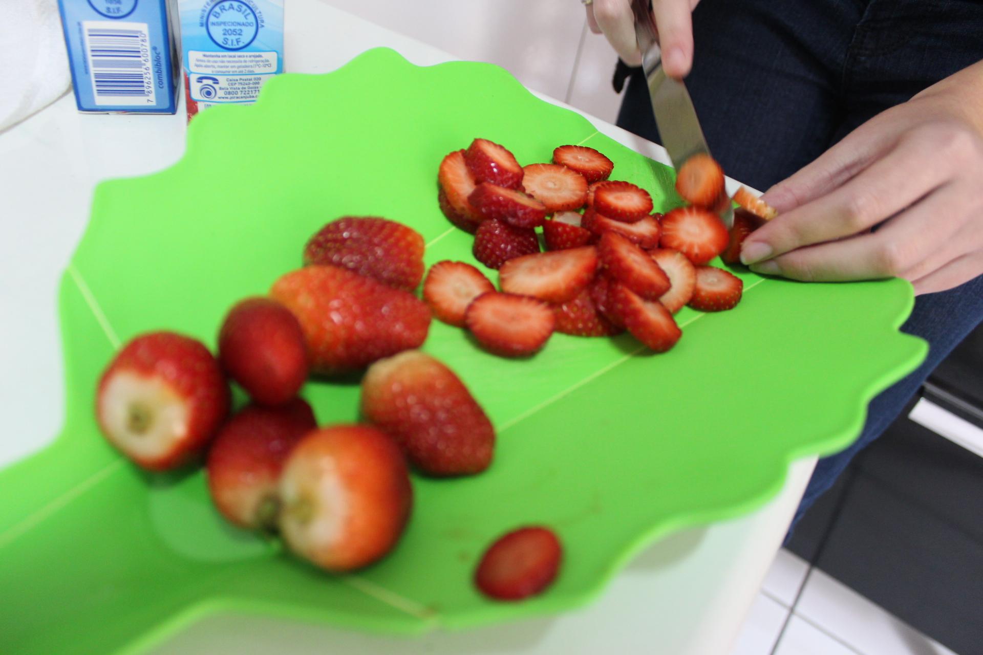 Corte os morangos em rodelinhas