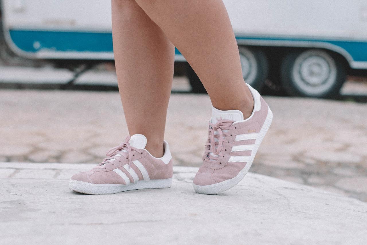 look tênis rosa adidas